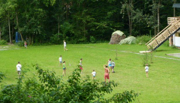 Fußball auf der Spielwiese vor dem Ferienhaus