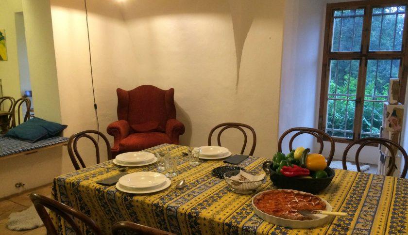 Langer Esstisch in der Scghlossküche mit Platz für bis zu 20 Personen
