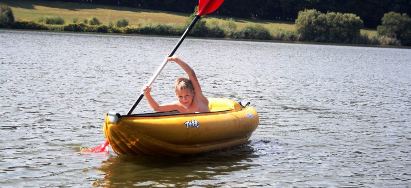 Schlauchbootfahrt und Badespaß am See