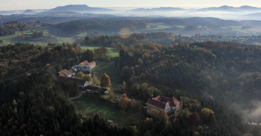 Blick über Gut Hornegg bis zum Wildonerberg