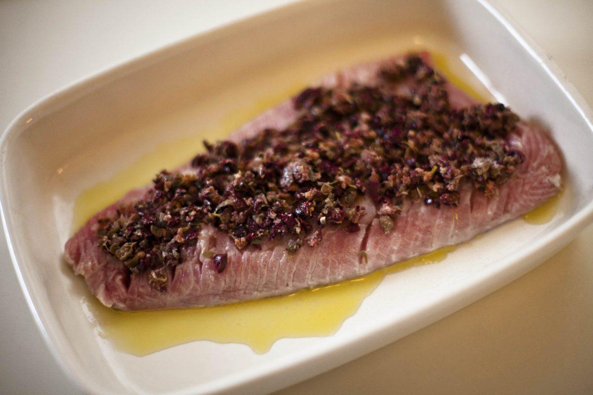 Karpfenfilet mit Oliven, Sardellen, Salbei und Kapern bedeckt